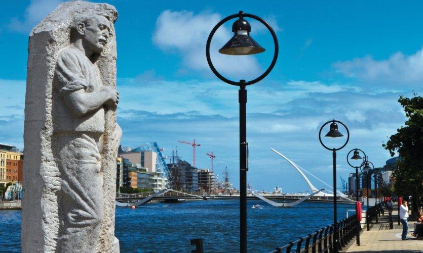 Matt Talbot (1988) une sculpture de James Power située sur City Quay.
