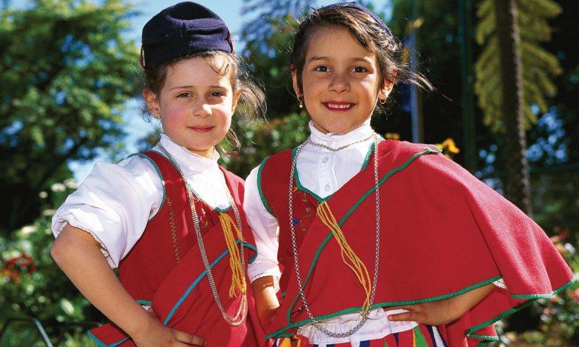 Enfants en costume traditionnel.
