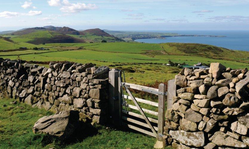 Vue à travers des terres agricoles sur la côte nord de la péninsule de Llyn