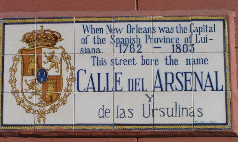 Plaque de rue rappelant la présence espagnole en Louisiane.