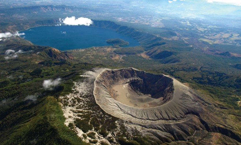 <p>L'impressionnant cratère du volcan de Santa Ana aux côtés du lac de Coatepeque.</p>
