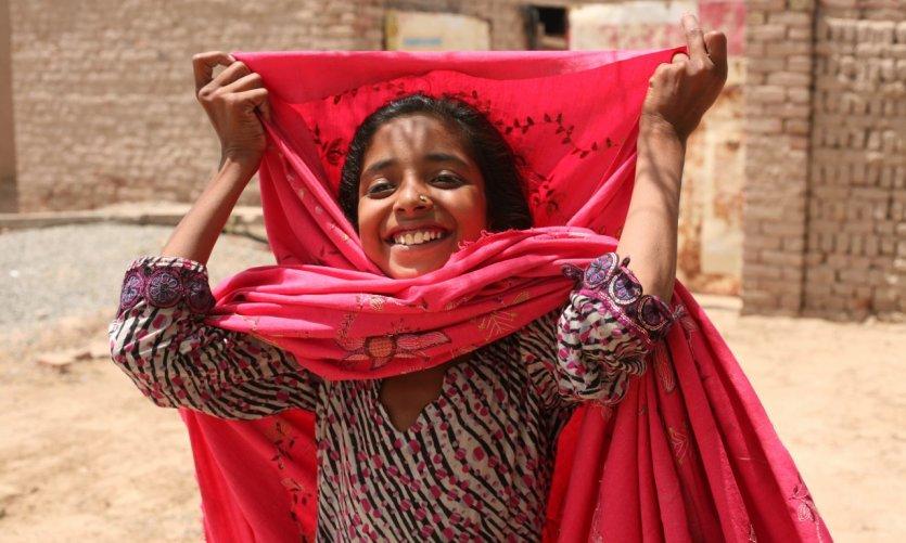 Une jeune fille du Cholistan réajuste son voile.
