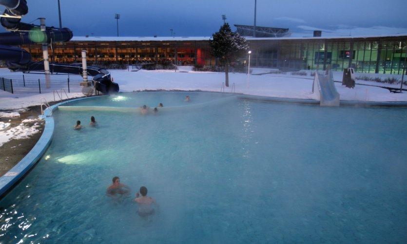 Les bains publics de Laugardalslaug alimentés d'eau très chaude.
