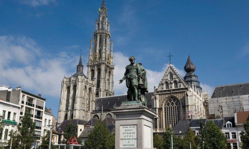 Statue de Rubens et cathédrale Notre-Dame-d'Anvers.