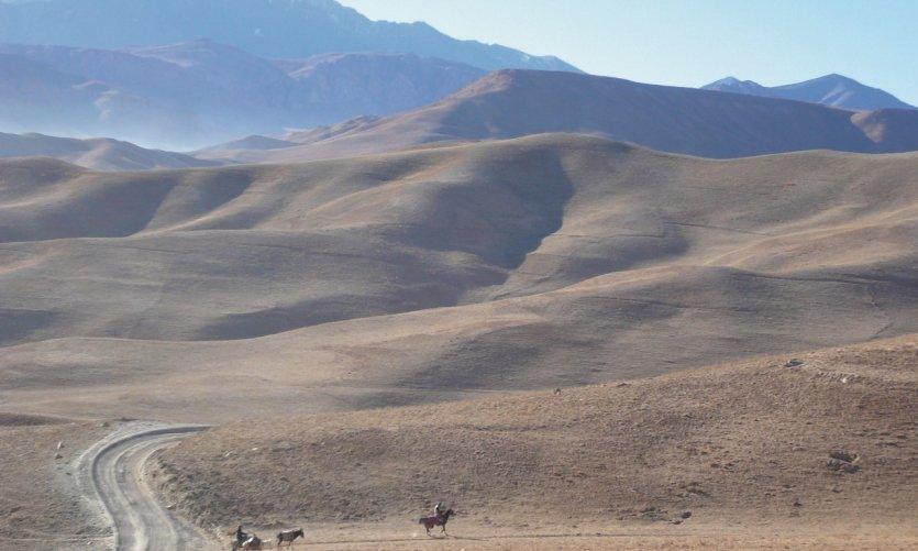 Sur la route, entre Bamiyan et Band-Amir, un désert à perte de vue.