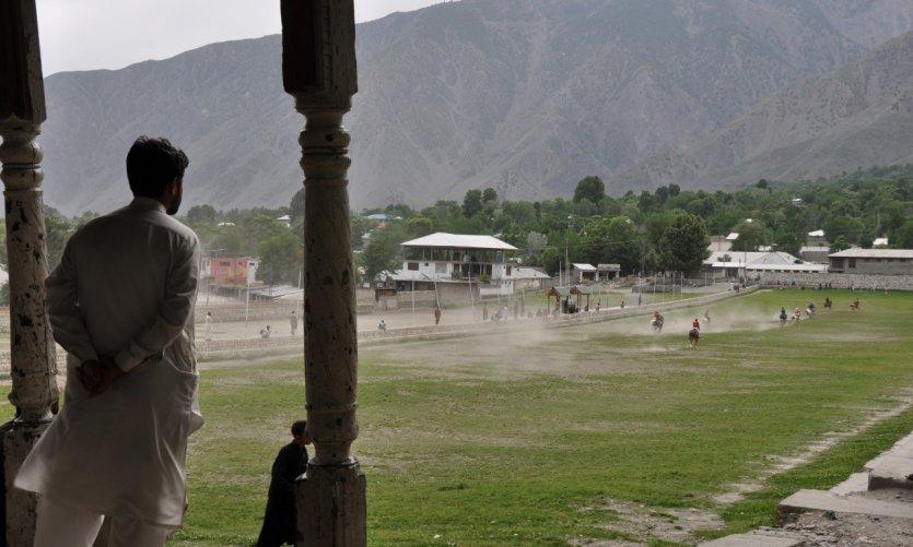 <p>Un homme assiste à un match de polo à Chitral.</p>