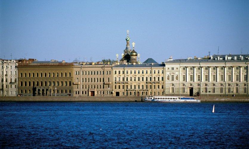 Embarcadaire du palais sur la Neva et dôme de l'église de la Résurrection.