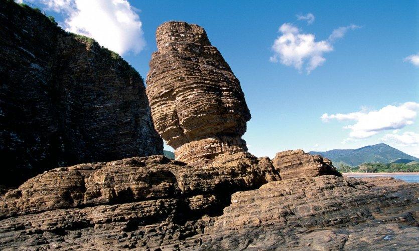 <p>Le Bonhomme, rocher surplombant la plage de Bourail.</p>