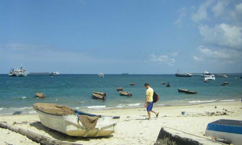 <p>Une plage de Zanzibar Town près du port. On voit des dizaines d'embarcations diverses.</p>