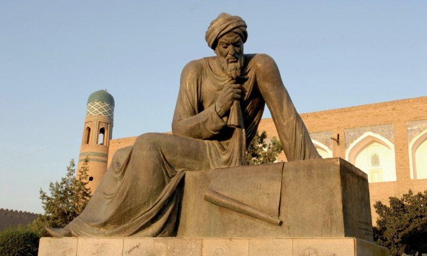 La statue d'Al-Khawarizmi, originaire de la région de Khiva, qui introduisit l'algèbre dans les mathématiques.