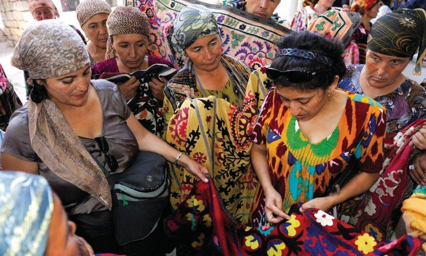 De magnifiques suzanis proposés au bazar d'Ourgout.