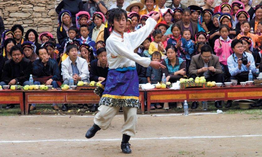 Danseur en costume traditionnel lors d'une fête de village tibétain, environs de Danba.