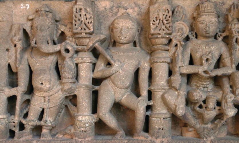 Bas-relief dédié à Ganesh, Vamana et Vishnu au Chhatrapati Shivaji Maharaj Vastu Sangrahalaya (anciennement musée Prince of Wales).
