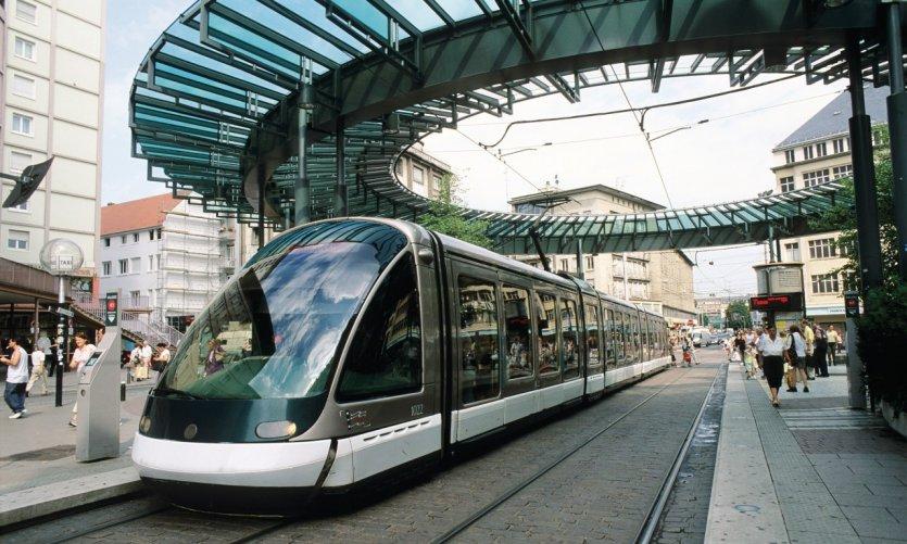 Le tramway à l'arrêt place de l'Homme de Fer