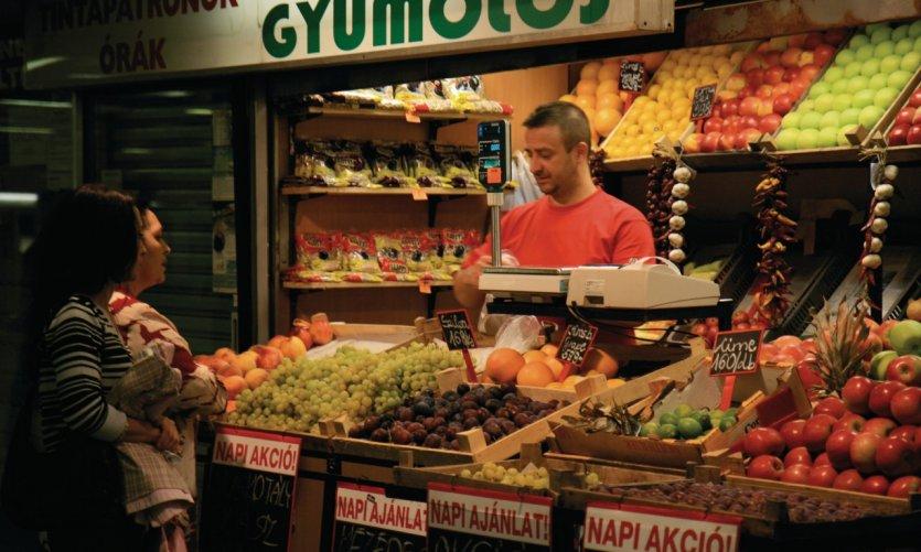 Petit marché alimentaire près d'Arany János Utca, Pest.