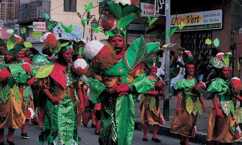 Groupe déguisé en ramboutan lors du carnaval.