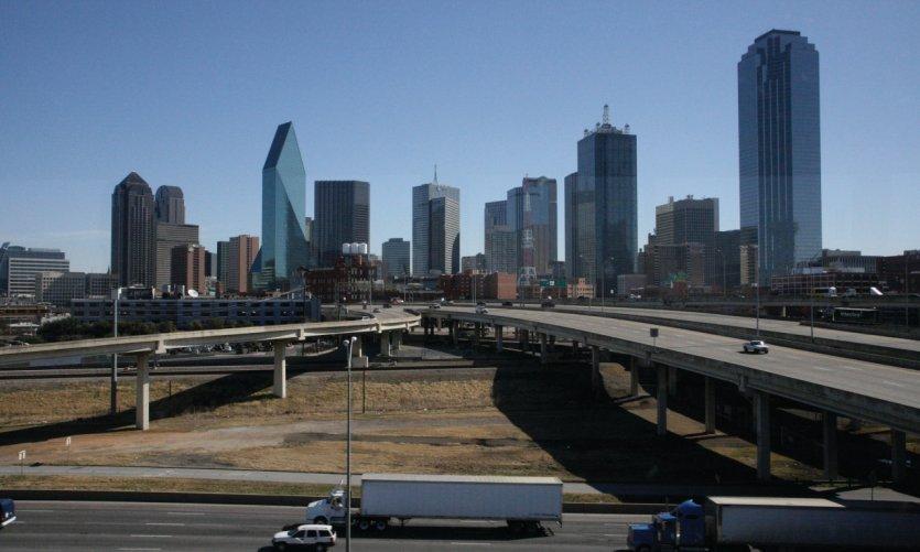 <p>Le skyline de Dallas dresse ses immenses tours à l'horizon.</p>