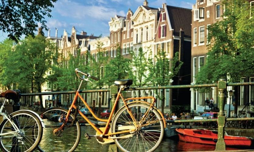 Vélo sur les canaux d'Amsterdam.