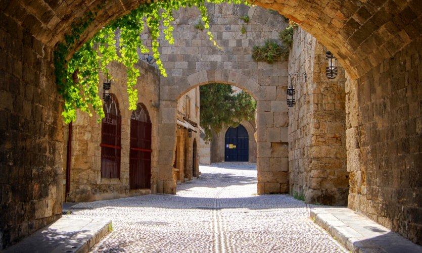 Arche médiévale dans la vieille ville de Rhodes.