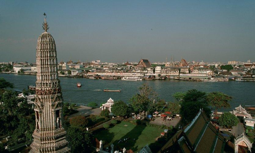 Wat Arun dominant le fleuve.