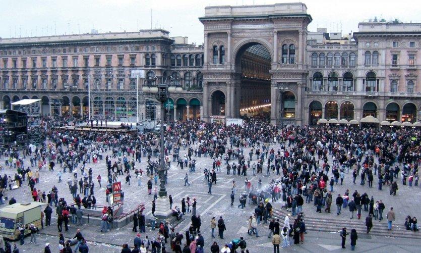 Fête sur la place du Duomo pendant le carnaval de Milan.