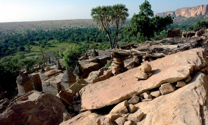 Nichés sur la falaise de Bandiagara, les villages dogon semblent tout droit sortis d'un mirage