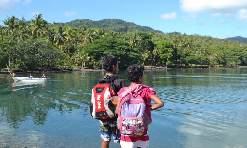 Jeunes écolières à Savusavu, Vanua Levu. Depuis 2015, l'école est gratuite aux îles Fidji.