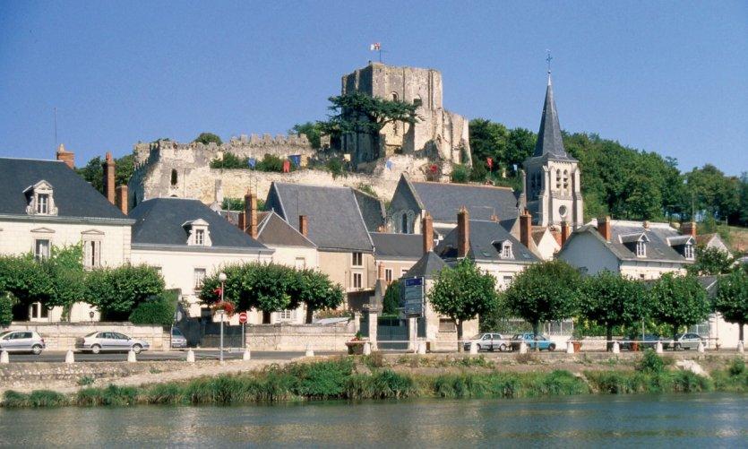 Le donjon, l'église Sainte-Croix et le village au bord du Cher - Montrichard