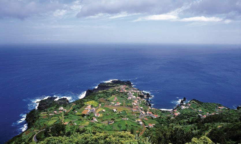 <p>Vue de la côte de São Jorge.</p>