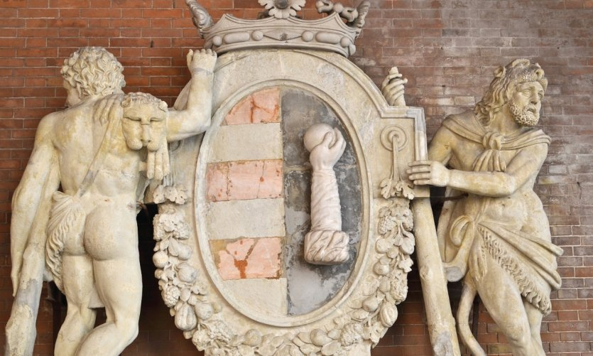 <p>The emblem of Cremona at the Loggia dei Militi.</p>