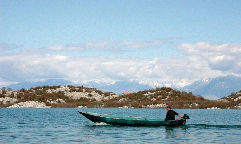 Bateau sur le lac de Skadar.