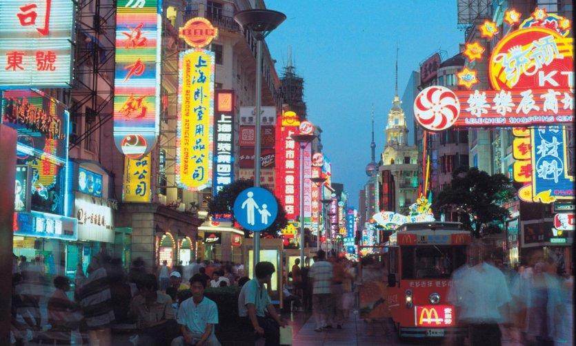 <p>Nanjing Street is bursting with colorful light signs from dusk.</p>