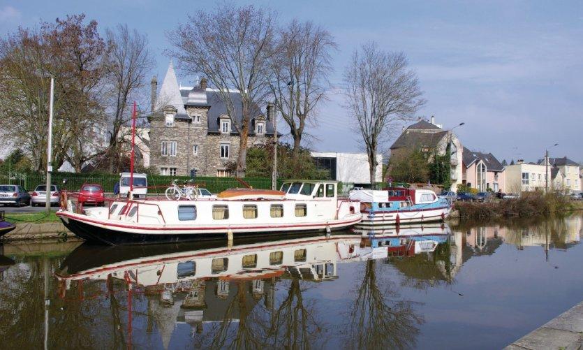 Péniche et bateaux sur le canal Saint-Martin