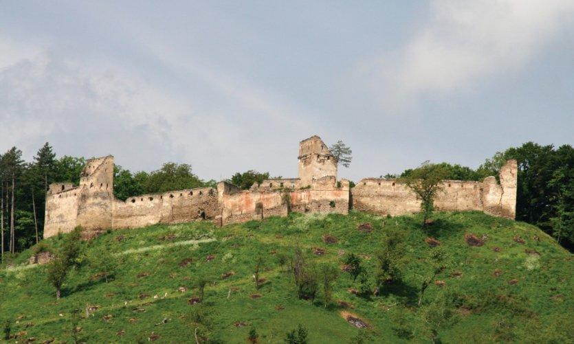 La citadelle de Saschiz en restauration grâce aux actions de la région pour la sauvegarde de son patrimoine historique.