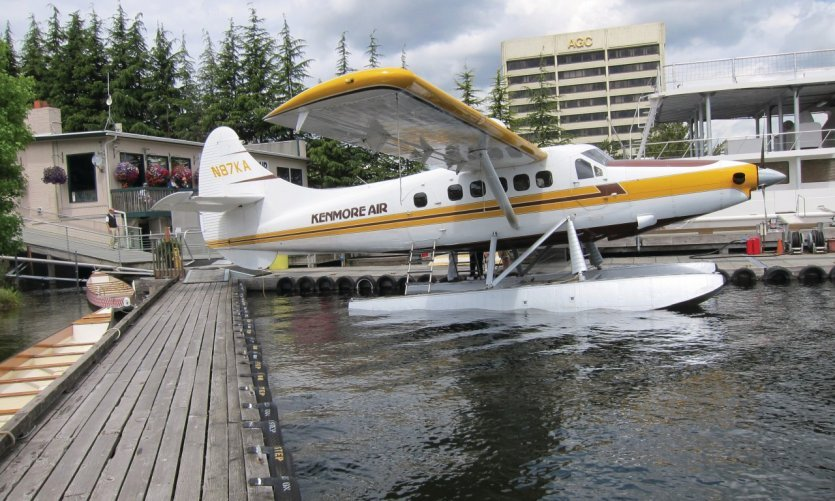 Hydravion de Kenmore Air sur son embarcadère de Westlake.