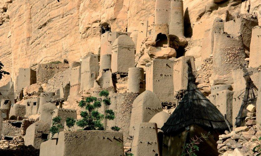 Les constructions tellems dans la partie haute du village d'Iréli sont éblouissantes