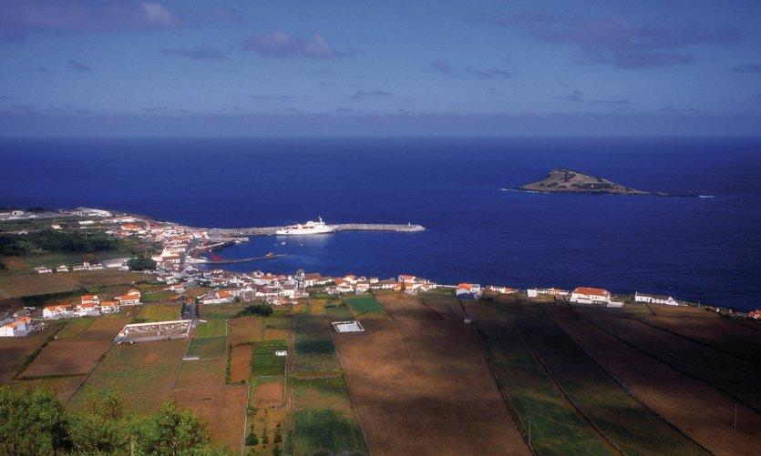 Ville côtière sur Graciosa.
