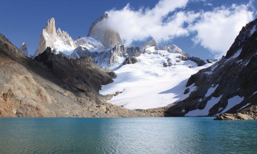 La Laguna de los Tres et son glacier glissent du Cerro Fitz Roy.