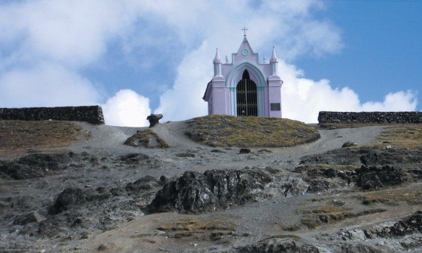 La plus haute église du pays dréssée à 4300 mètres.