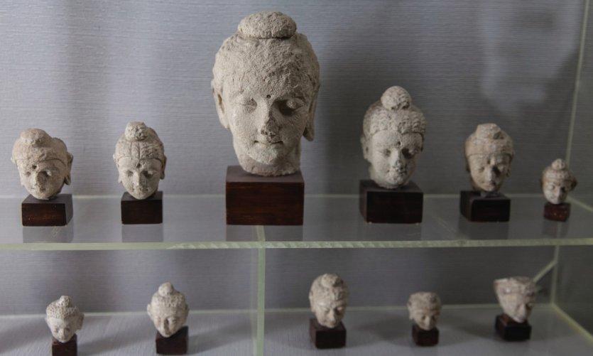 <p>Têtes de bouddha du musée de Taxila.</p>