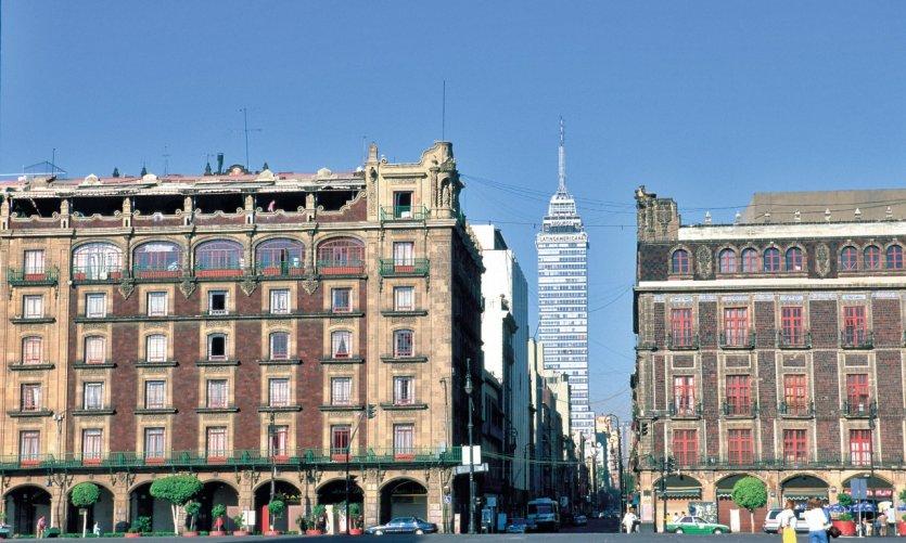 Plaza de la Constitución (El Zócalo) y torre latinoamericana.