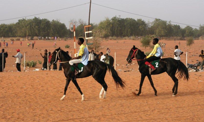Jockeys avant la course sur l'hippodrome de Niamey.
