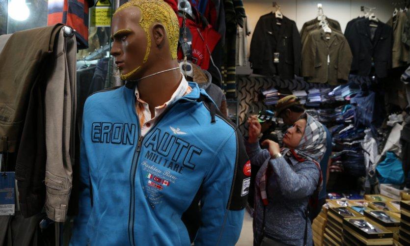 <p>Vente de vêtements au grand bazaar de Téhéran.</p>