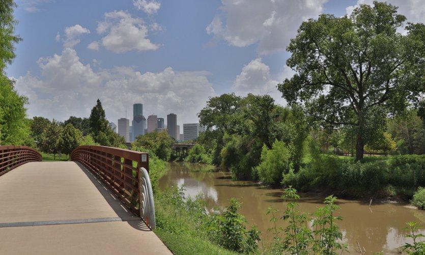 Houston entre la vegetación y los edificios.