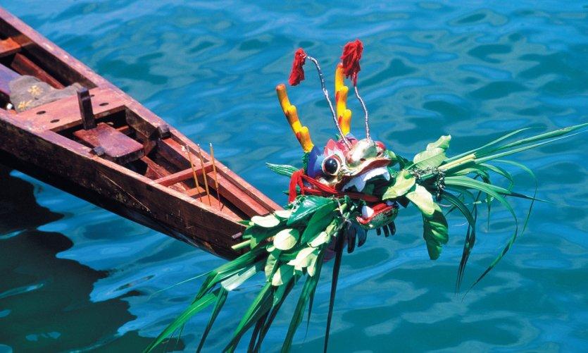 Pendant la course de bateaux-dragon.