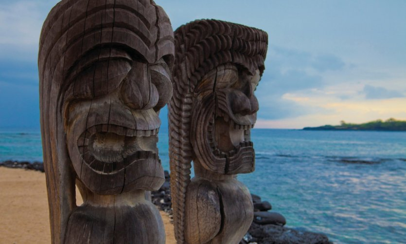 Tikis totem sur la plage de Pu'Uhonua o Honaunau national historical park.