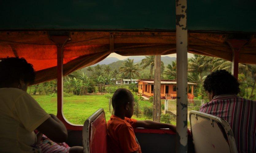 Bus ouvert à Vanua Levu, meilleur moyen de transport pour profiter du paysage.