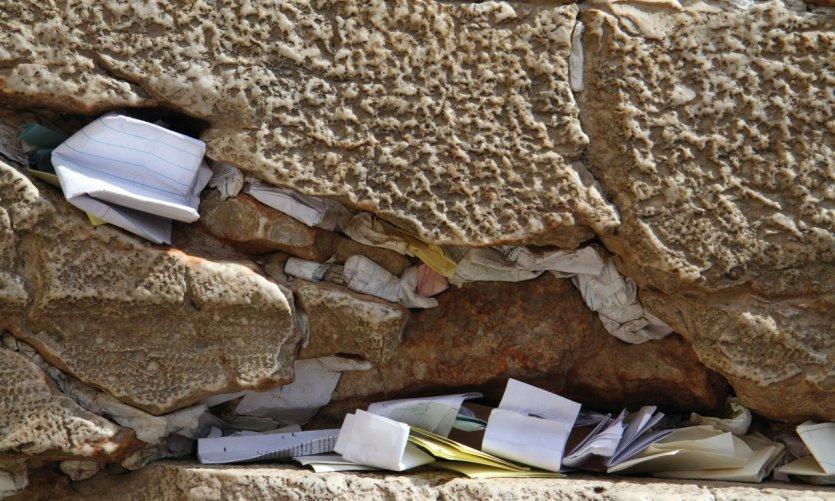 Les prières et les souhaits déposés dans le mur des Lamentations.
