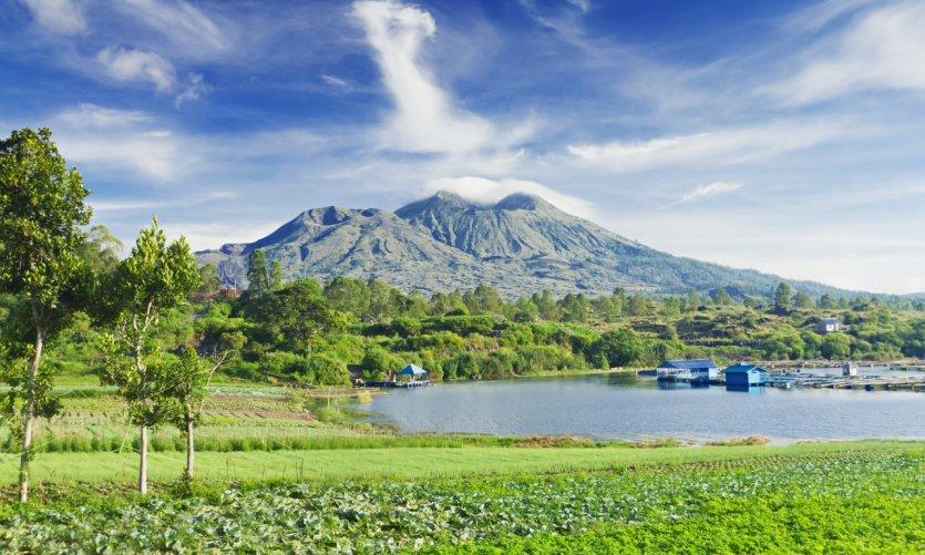 Lac et volcan Batur.