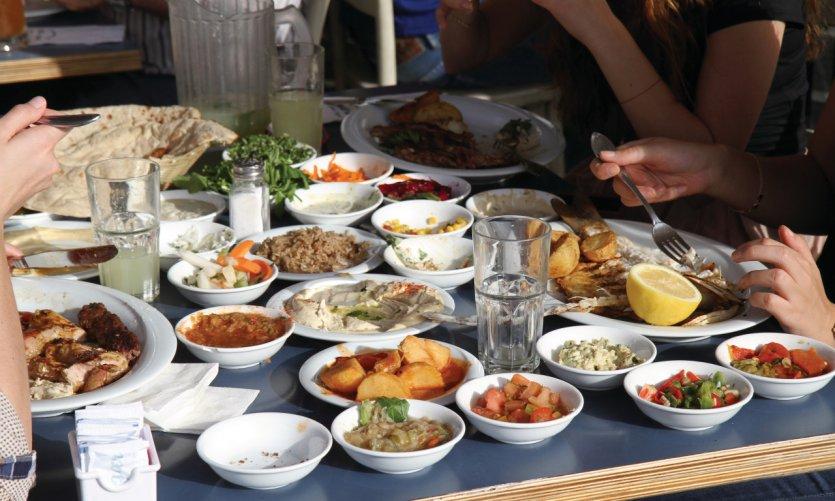 Une tablée typique dans un des restaurants du port à Jaffa.
